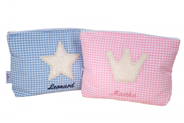 Kulturtasche für Kinder mit Kuschelmotiv in blau oder rosa personalisiert mit dem Namen des Kindes