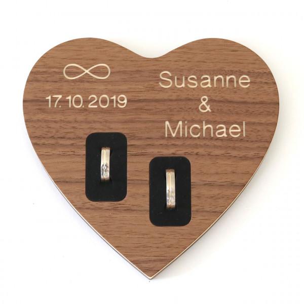 Ringkissen aus Holz Nussbaum mit Name und Hochzeitsdatum
